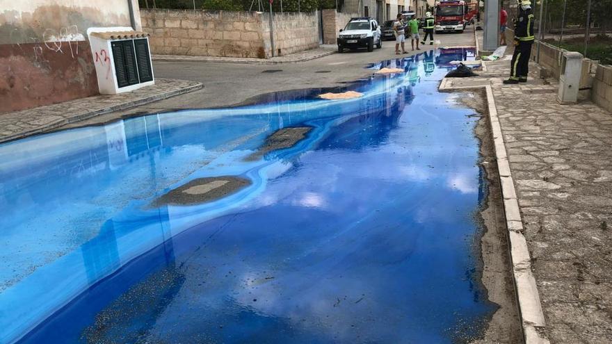 Blaue Chemie läuft aus alter Fabrik über die Straßen von Montuïri