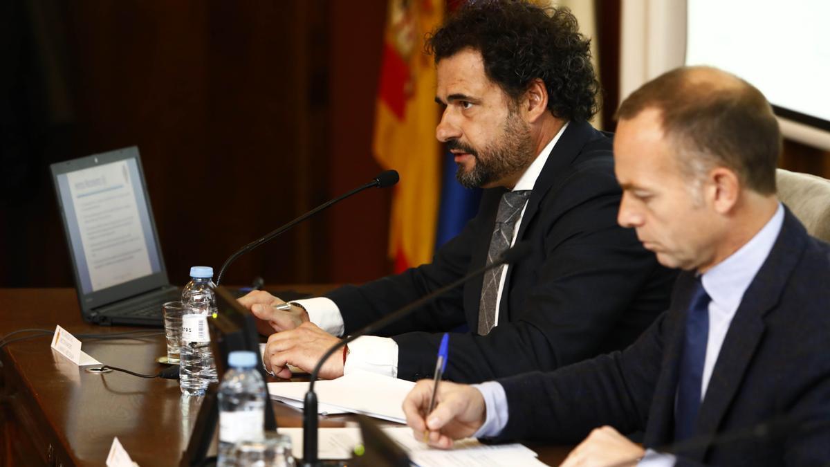 El presidente, Christian Lapetra, y el director financiero, Mariano Aured, en una Junta General.