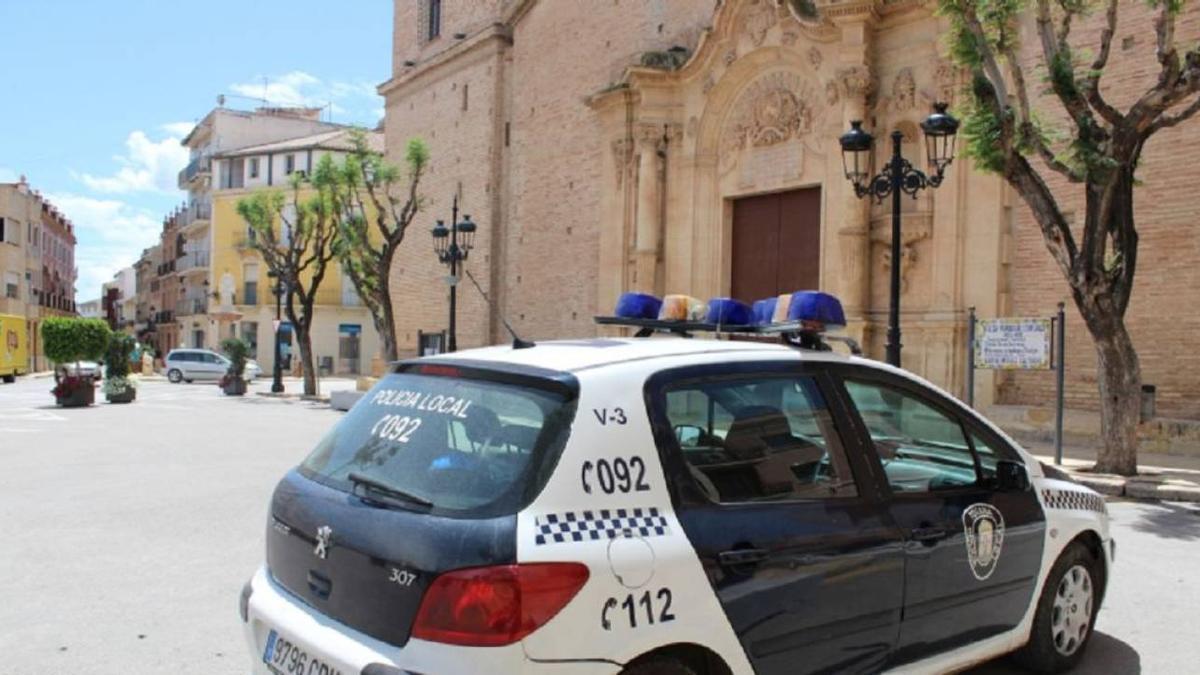 Un vehículo de la Policía Local de Totana frente a una iglesia de la localidad