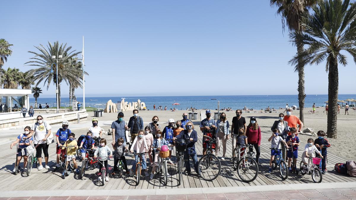 Grupo de familias con niños en bici, este mes en La Malagueta.
