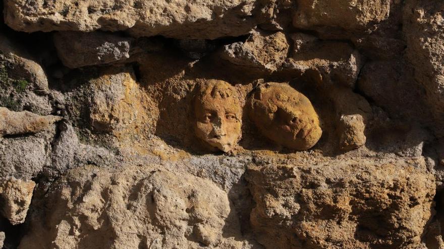 """Las caras de arcilla de la Puerta de Almodóvar """"reaparecen"""" frente al Alcázar"""