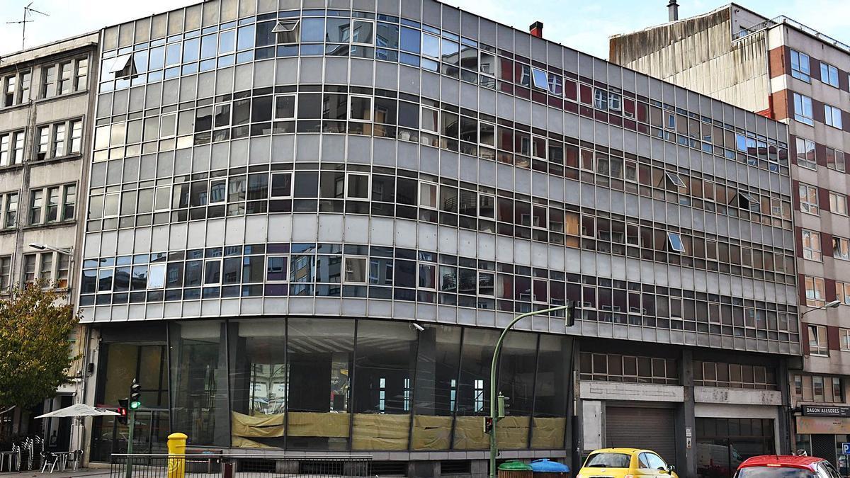 Fachada en curva del edificio del antiguo concesionario Citroën en la avenida de Oza.     // VÍCTOR ECHAVE