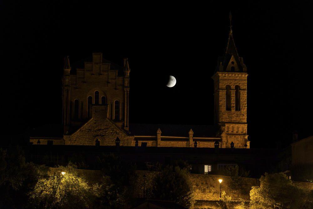 Gironella. Una bonica imatge de l'eclipsi de lluna parcial de fa uns quants dies. El nostre lector ha fet encaixar la lluna amb el campanar de Gironella (Berguedà).