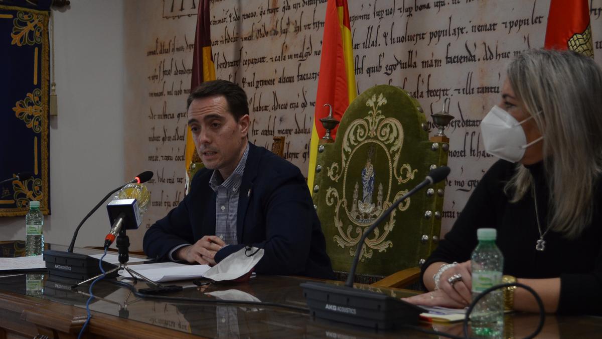 El alcalde de Benavente, Luciano Huerga, y la concejala de Hacienda, Patricia Martín, en la presentación de los presupuestos. / E. P.