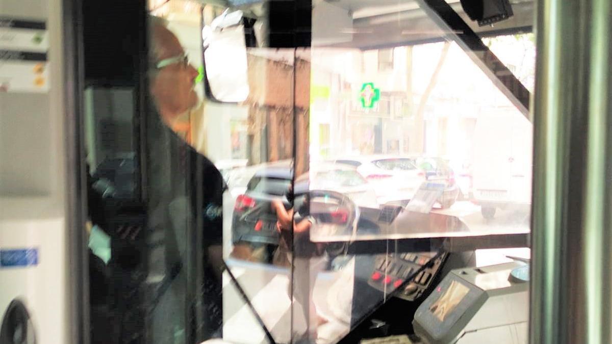 El conductor denunciado por no llevar la mascarilla puesta.