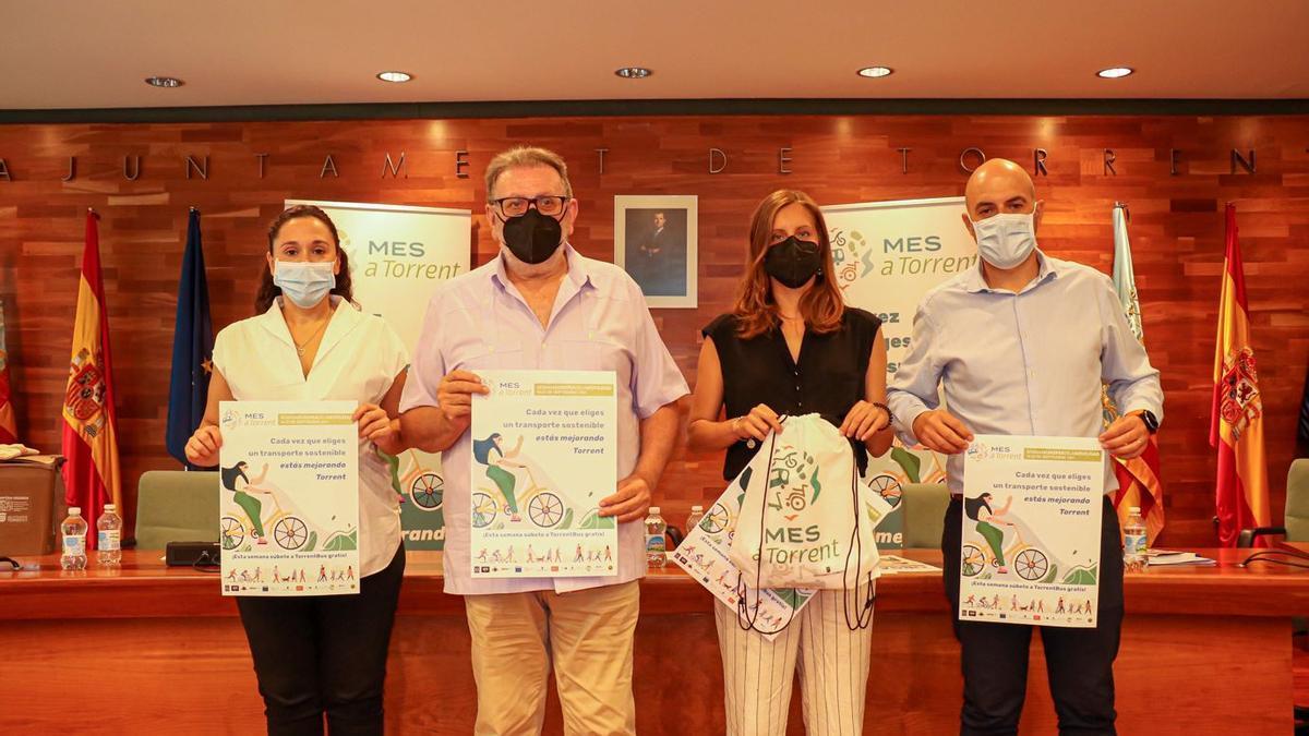 Inma Amat, Jesús Ros, Susi Ferrer y Raúl Claramonte, con el cartel de la campaña de la Semana de la Movilidad.