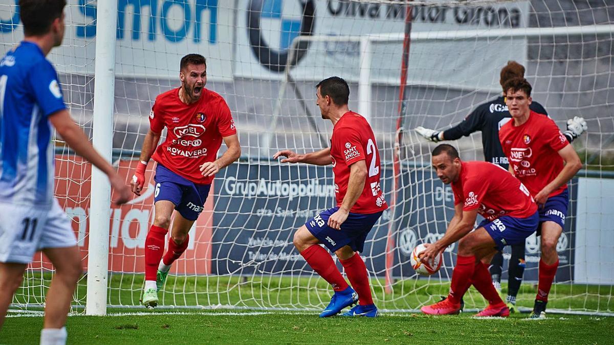 Oriol Ayala, amb passat al Figueres, celebrant el seu gol ahir al Municipal d'Olot
