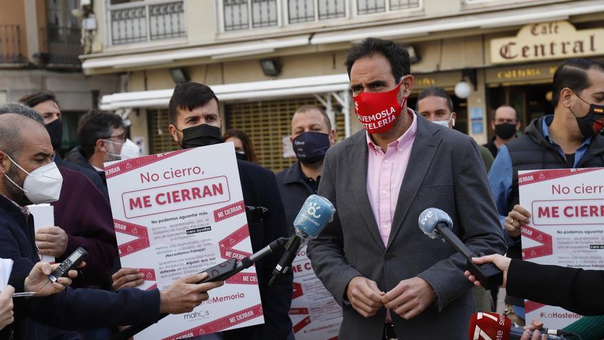 Los hosteleros pegan carteles en sus negocios en protesta por las restricciones