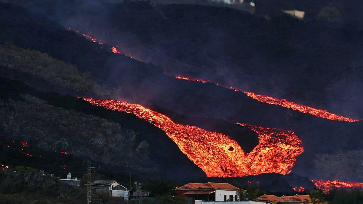 El Cumbre Vieja continua expulsant lava, darrere de la població de Los Llanos | SERGIO PÉREZ/REUTERS