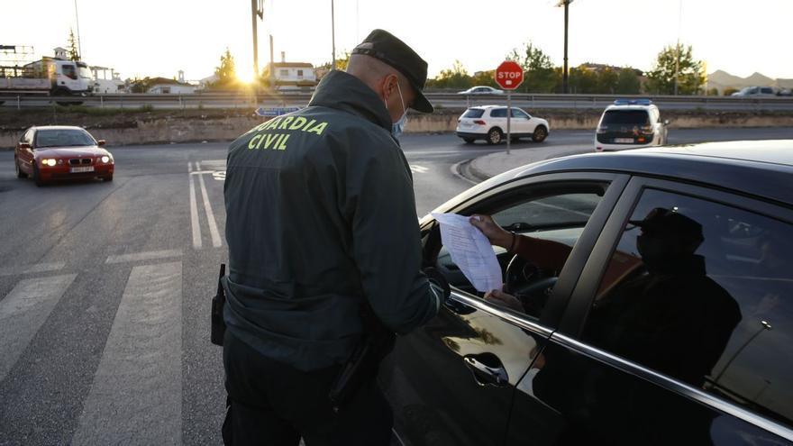 La sorprendente multa de la DGT a este conductor: sancionado por encender las luces de emergencia para avisar de una retención