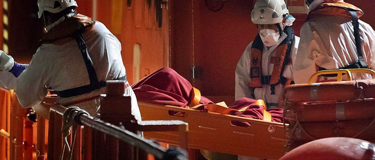 Llegada de patera a Gran Canaria en la noche del pasado viernes con una persona fallecida a bordo y 18  migrantes de origen magrebí.