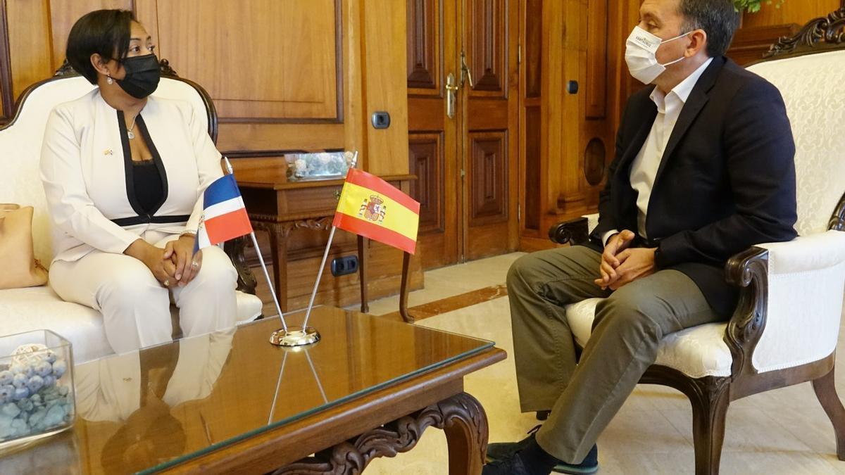 La nueva cónsul de República Dominicana se reúne con el alcalde de Santa Cruz.