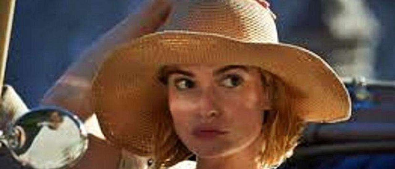 """Lily James en una escena de la nueva versión de """"Rebeca""""."""