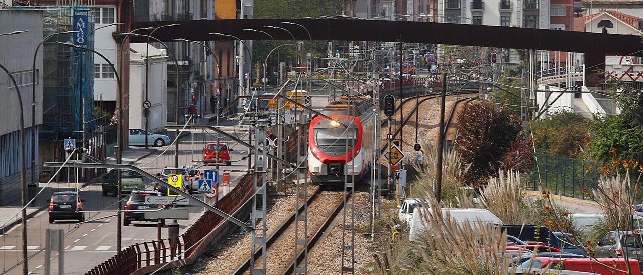 Un tren de Renfe, ayer, a su paso por el centro de la ciudad.