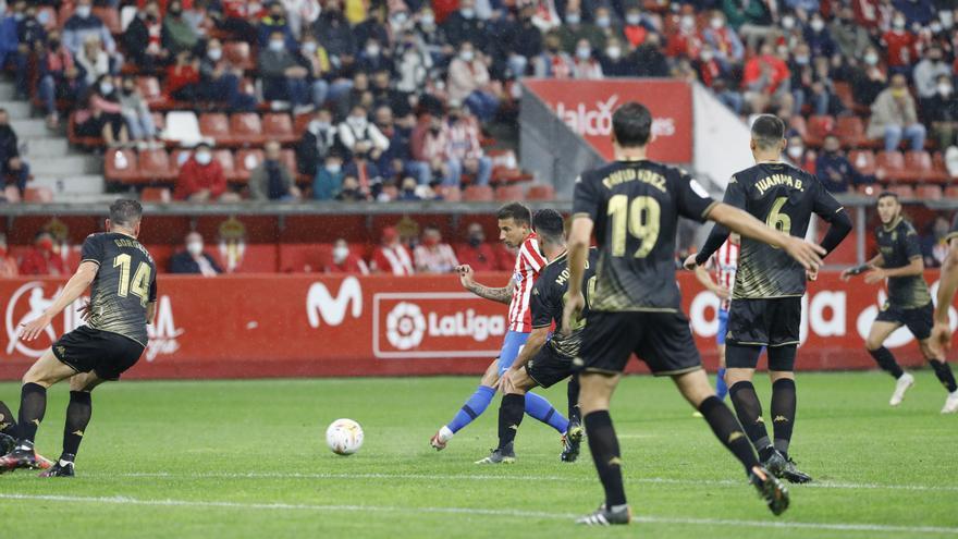 El Sporting gana al Alcorcón en el descuento y recupera el liderato