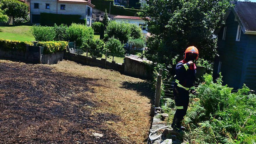 Los bomberos sofocan un incendio urbano en la bajada de Liméns