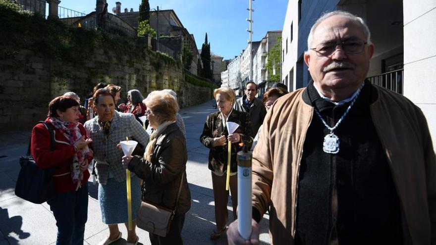 Vecinos y entidades celebran la procesión pascual para la comunión de enfermos