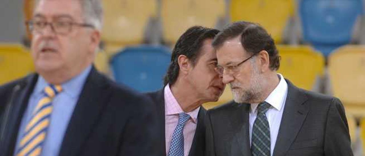 José Miguel Bravo de Laguna (izqda.), José Manuel Soria y Mariano Rajoy, en la inauguración del pabellón Arena.