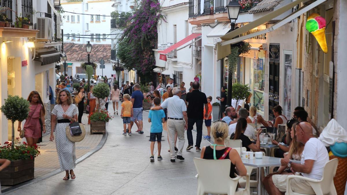 Turistas en el centro de Marbella.