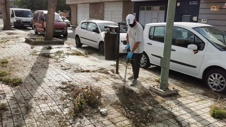 Los vecinos de Las Mesas limpian el barrio ante la inacción del Ayuntamiento