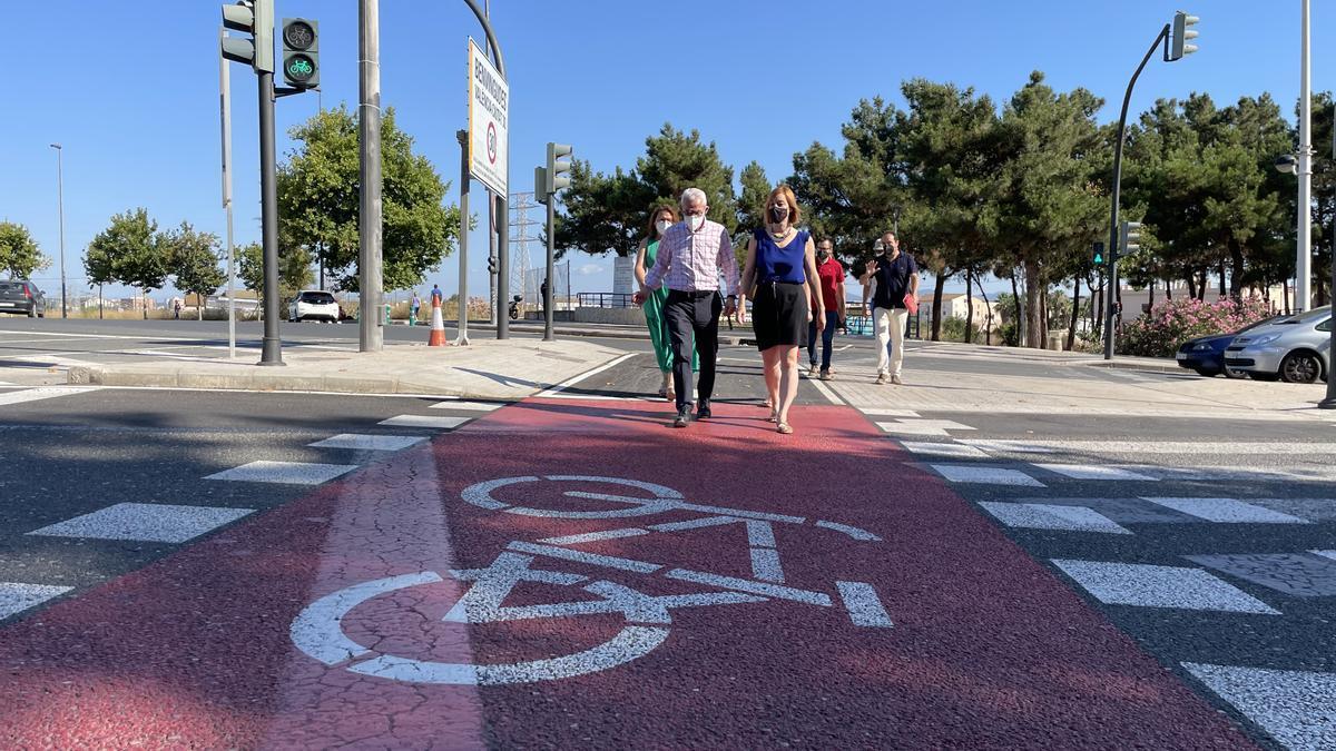 La diputada de Mobilitat Sostenible, Dolors Gimeno, amb l'alcalde d'Alboraia, Miguel Chavarría, a la presentació del carril bici de la localitat de l'Horta Nord.