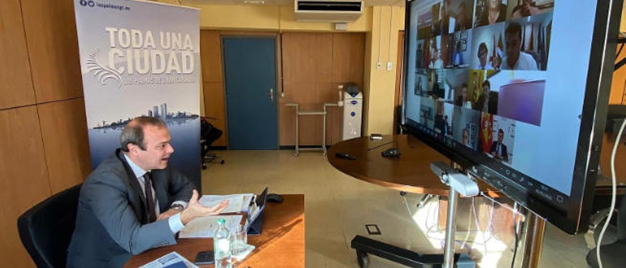 El alcalde Augusto Hidalgo en videoconferencia con los regidores de la FEMP y el ministro Ábalos.