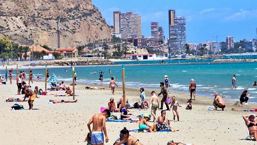 Más de 4.000 policías se despliegan por la costa para controlar a los turistas