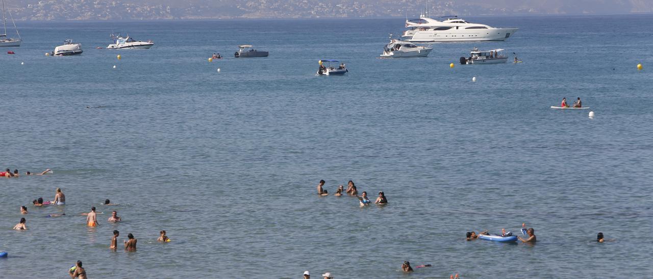 Fin de semana para no salir del agua si hay suerte y se puede ir a la playa.En la imagen la de San Juan (Alicante)