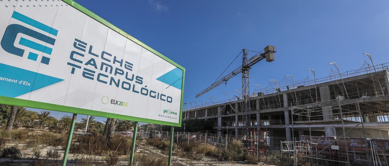 Uno de los edificios del Parque Empresarial de Torrellano en obras hace unos meses