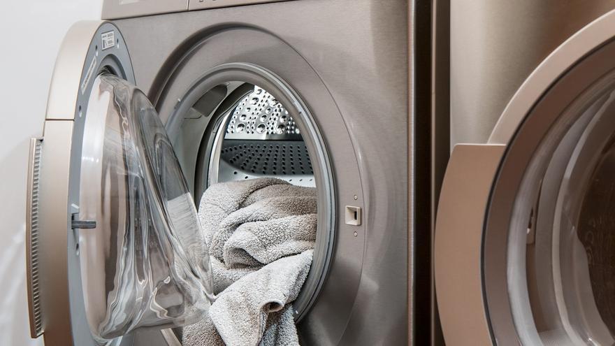 Consigue que la ropa salga más limpia de tu lavadora con estos tres sencillos trucos