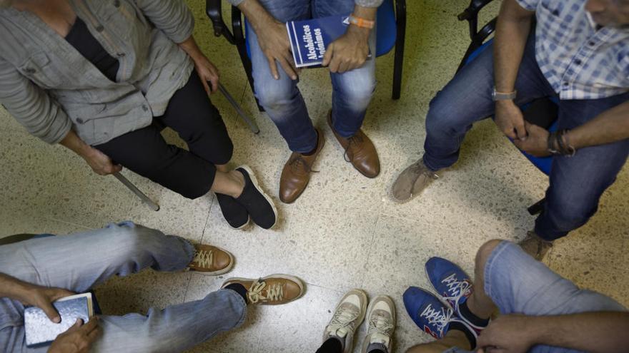Persones que volen curar-se de l'alcoholisme participen en grups d'autoajuda a Figueres
