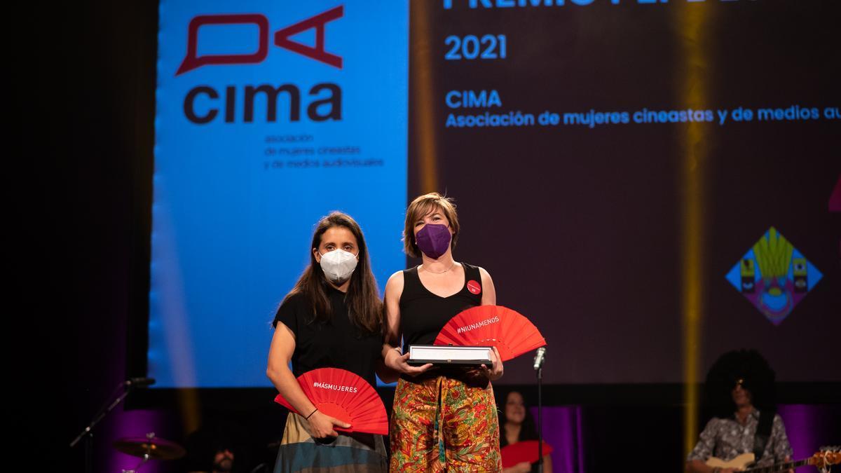 Patricia Roda y Virginia Yagüe recogiendo el premio Pepe Escriche en nombre de CIMA.