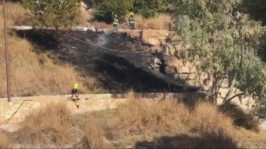 Controlado y extinguido el incendio de la ladera del castillo San Fernando