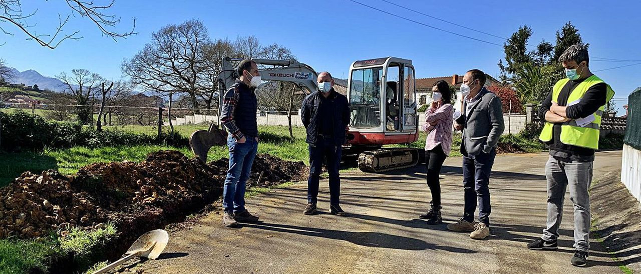 El alcalde, Ángel García, a la izquierda, con personal municipal y representantes de la empresa encargada de las obras de renovación de la red de abastecimiento de agua de La Fresneda, ayer. | A. I.