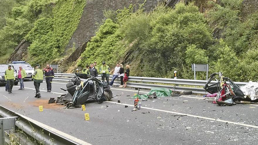 Mueren tres jóvenes de Lugo y Vegadeo al empotrarse contra un camión en Asturias