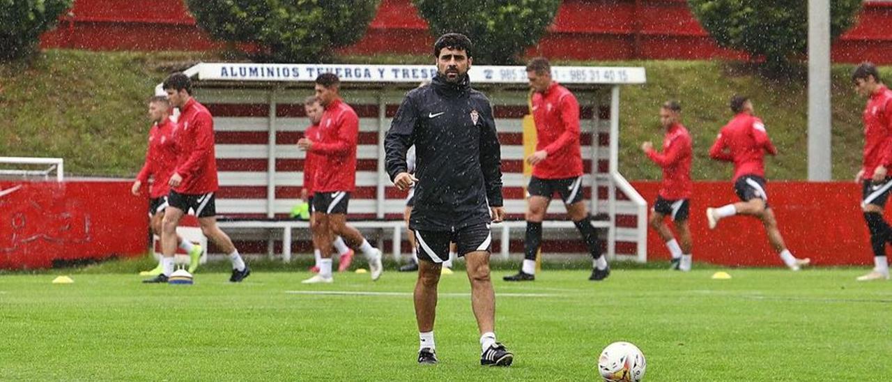 David Gallego, en el centro durante un entrenamiento en Mareo.