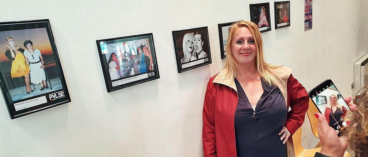 En las fotos expuestas, Carolina recuerda a las  'trans' de Vigo en los años 80 y 90.  | // MARTA G. BREA