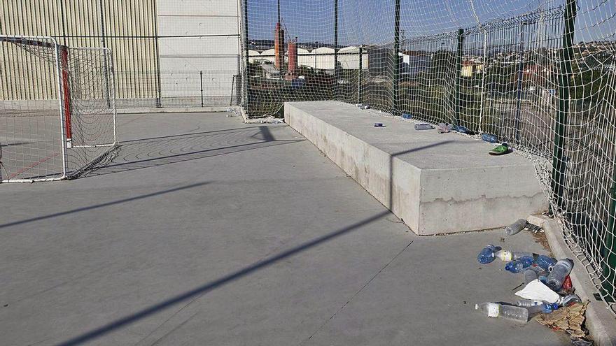 Desalojados 150 jóvenes sin mascarilla y compartiendo bebida en una pista deportiva en Vigo