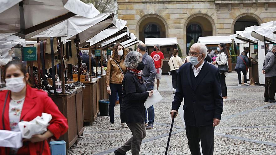 """El mercado de la plaza Mayor, """"ejemplo"""" para recuperar las ferias de artesanía en Asturias"""