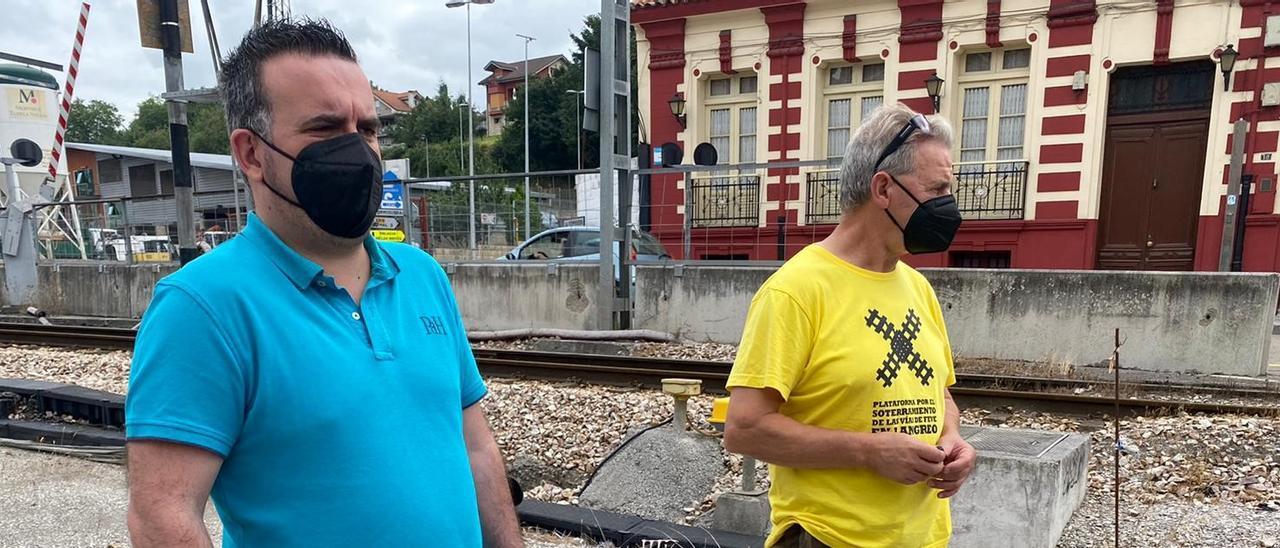Por la izquierda, David García y Xuacu de Hoyos, ayer, junto a la vía de Feve en La Felguera.   Vivas