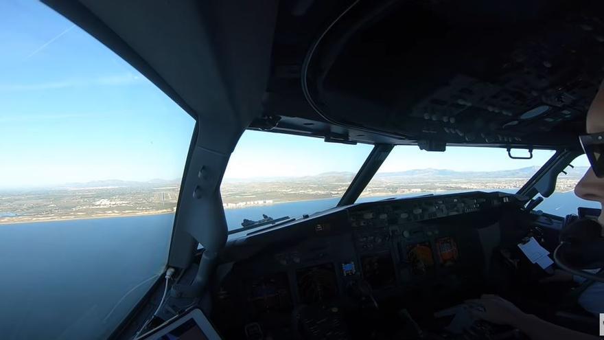 Así se vive un aterrizaje en el aeropuerto de Alicante-Elche desde la cabina del piloto