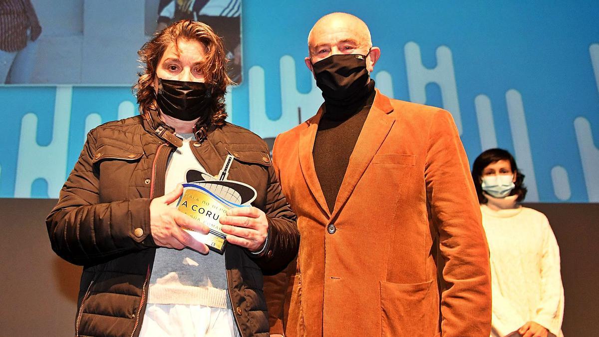 Ángeles Barreiro y Raimundo Fernández, ganadores del Premio a la Trayectoria Deportiva, ayer en el escenario del Ágora.    // CARLOS PARDELLAS
