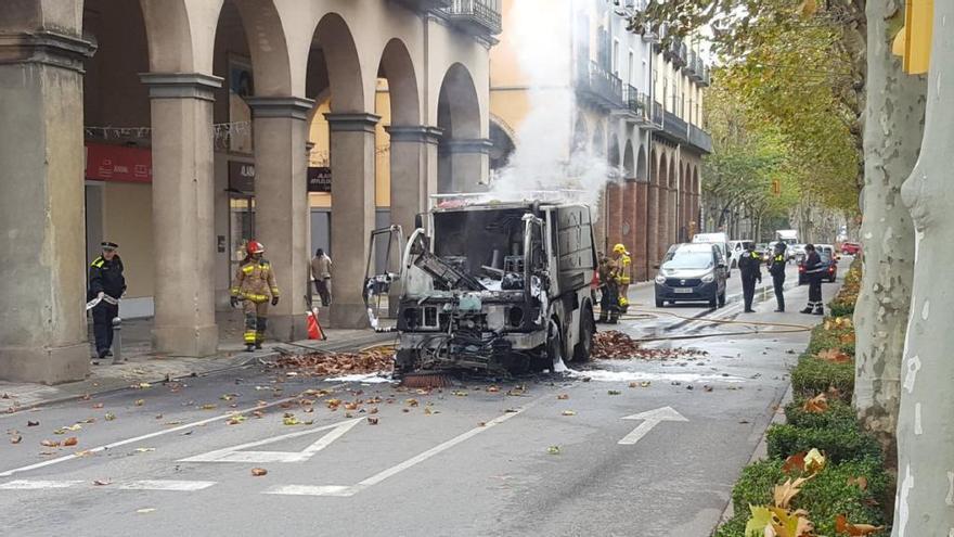 Un vehicle de neteja de l'Ajuntament s'incendia al centre d'Olot
