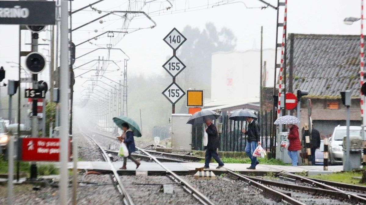 Peatones cruzando por el paso a nivel de O Porriño. // Hernández M.A. / Gabino Porto