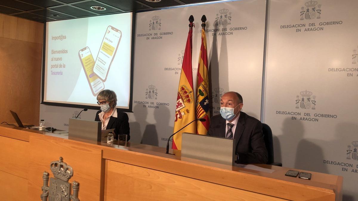El subdelegado del Gobierno en Zaragoza, Fernando Beltrán, y la directora provincial de la TGSS, María Dolores Martín, durante la rueda de prensa