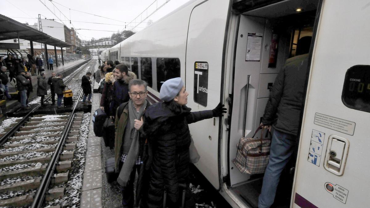 Viajeros en la estación de Renfe de Pola de Lena.