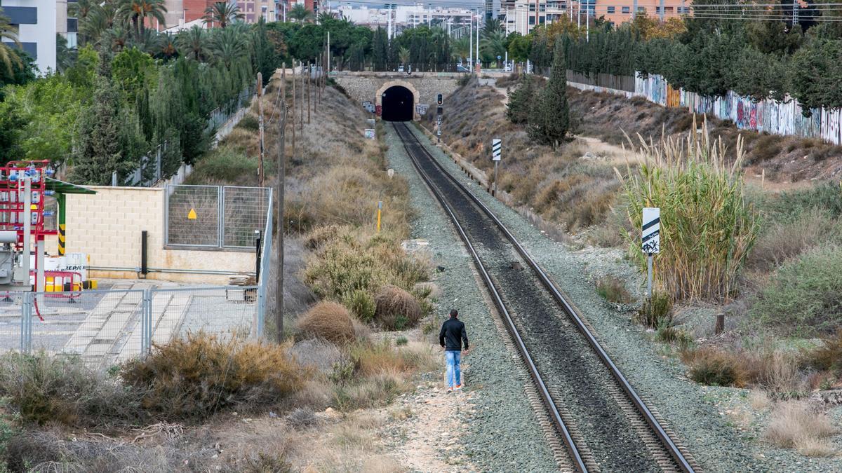 Las vías del tren a su paso por Altabix.