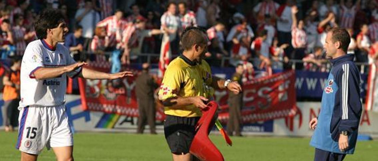 Rodado Rodríguez, en el centro, seguido de Irurzun en la visita del Sporting a Ipurúa en 2004.   Marcos León
