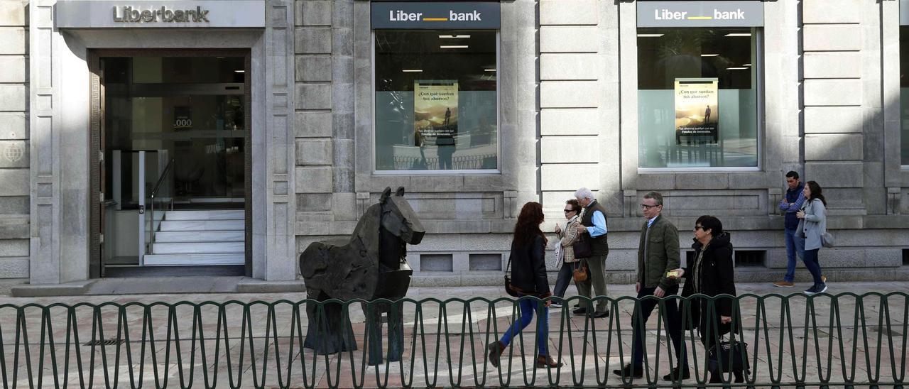 Liberbank y Unicaja negocian las reglas del tándem directivo Azuaga-Menéndez