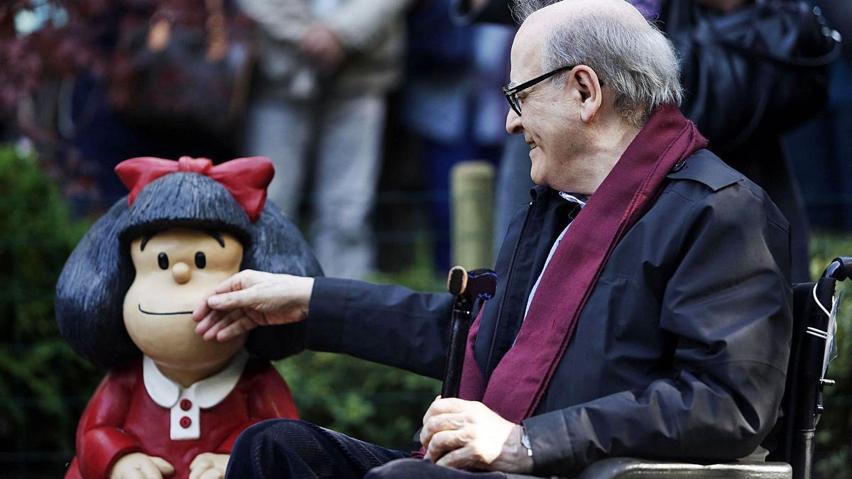 Joaquín Salvador, Quino, acaricia a su querida Mafalda en un parque de Oviedo en 2014, cuando recibió el Príncipe de Asturias.